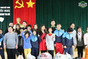 Tập thể cán bộ nhân viên Zenpali Group trao quà tặng cho trẻ em nhỏ tại làng hữu nghị Việt Nam